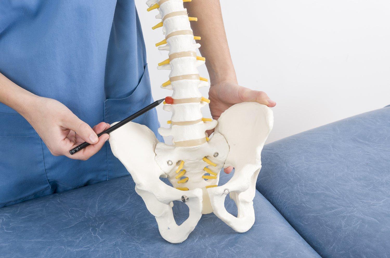 En la hernia discal, uno de los discos intervertebrales que separan las vértebras se desplaza y provoca dolor.