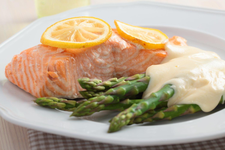 Salmón con espárragos trigeros y salsa de yogurt, una receta sana y fácil para comer fitness.