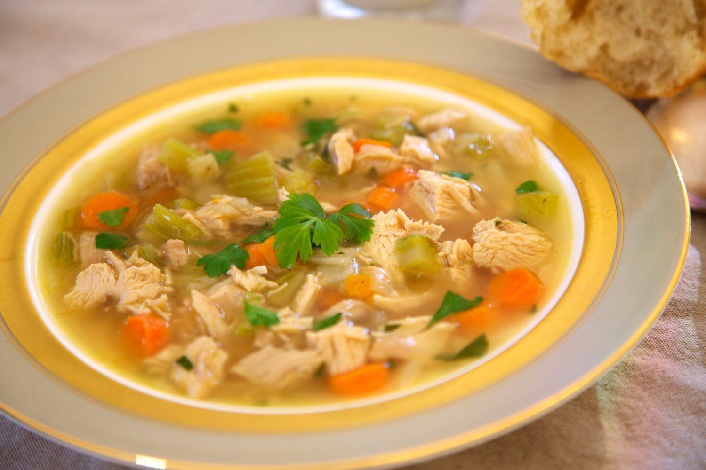 La sopa de pavo o pollo, a la que puedes añadir zanahoria, es una forma sencilla y sana de consumir carne.