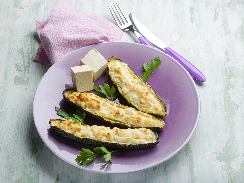 Calabacines rellenos de verduras y tofu, una receta vegana recomendada para deportistas.