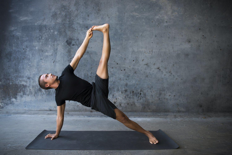Existen muchas posturas de yoga de mayor o menor complejidad con distintos beneficios asociados.