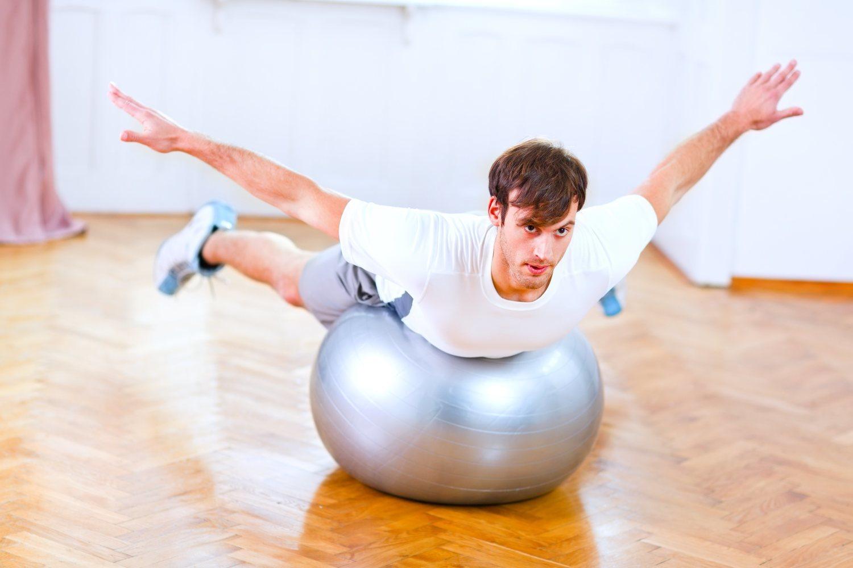 El balón suizo es un elemento fundamental a la hora de practicar pilates.