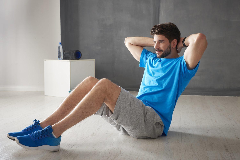 Los crunches es una parte del workout que puedes realizar desde casa.