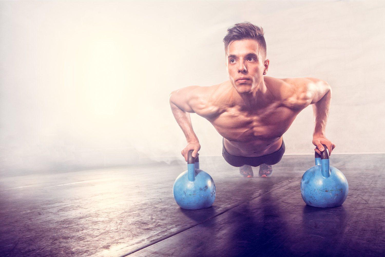 Las pesas rusas o kettlebells son una herramienta fundamental para varios ejercicios fitness