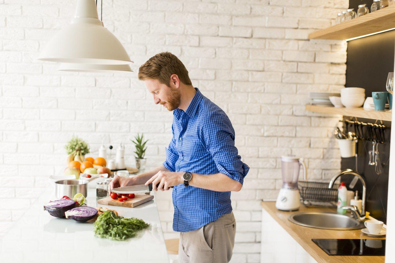 Comer en casa y cocinar tus propios platos te ayudará a controlar más fácilmente lo que comes.