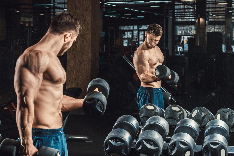 Es conveniente que realices tu entrenamiento de pesas frente a un espejo para poder controlar tu postura.