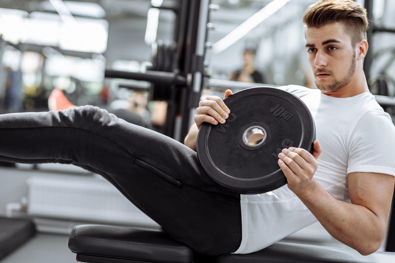 La flexión de tronco con peso es uno de los ejercicios recomendamos si quieres marcar abdomen.