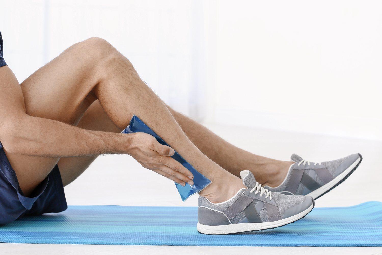 Aplicar frío es el remedio casero que más te ayudará a aliviar el dolor de piernas leve.