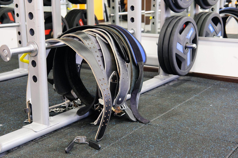 La mayoría de gimnasios disponen de cinturones lumbares junto a los pesos más importantes.