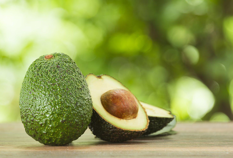 El aguacate es una de las frutas más completas que podemos comer para llevar una alimentación sana.