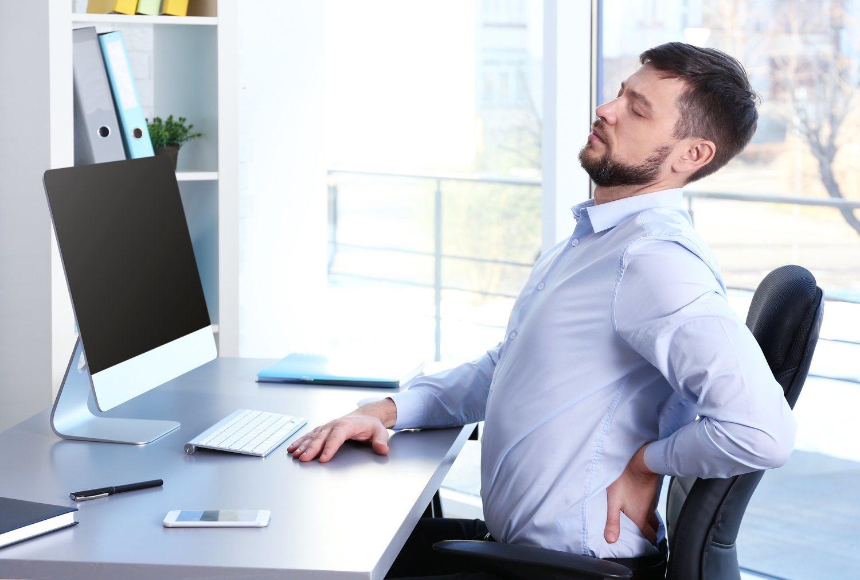 Las malas posturas son una de las principales causas de dolor cervical.