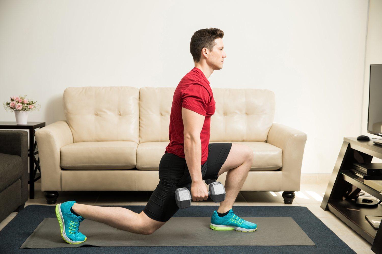 El lunge o zancada con pesas es un ejercicio que te ayudará a adelgazar y tonificar las piernas.