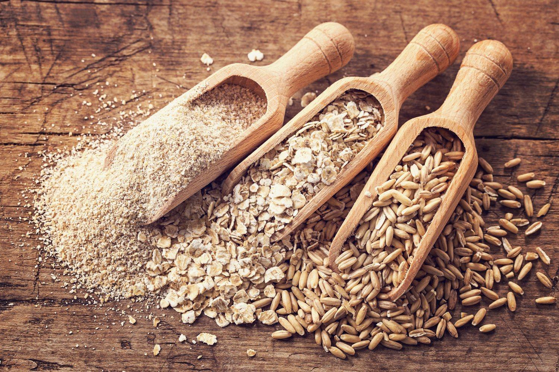 La avena, cereales integrales o los frutos secos son alimentos recomendados en las dietas para perder grasa.