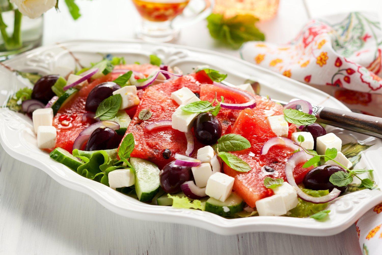 Tomar diuréticos como sandía o cebolla antes de cenar te ayudarán en tu objetivo de perder barriga.