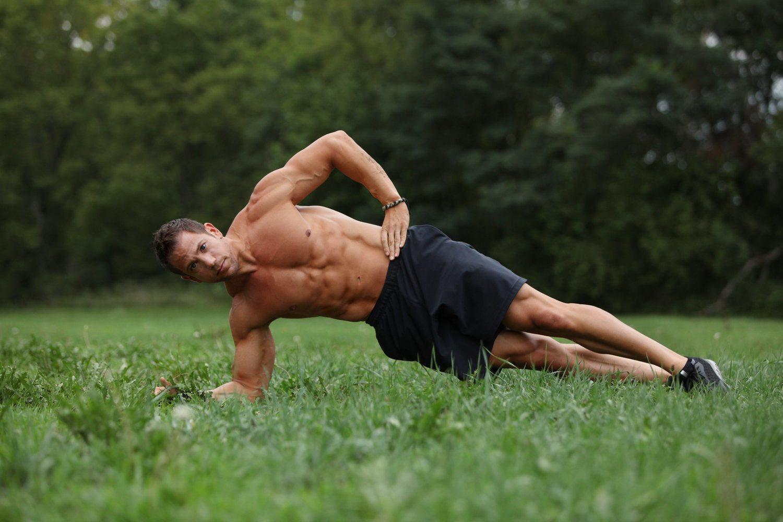 Las planchas laterales son uno de los ejercicios que ayudarán a cuidar tu columna vertebral.