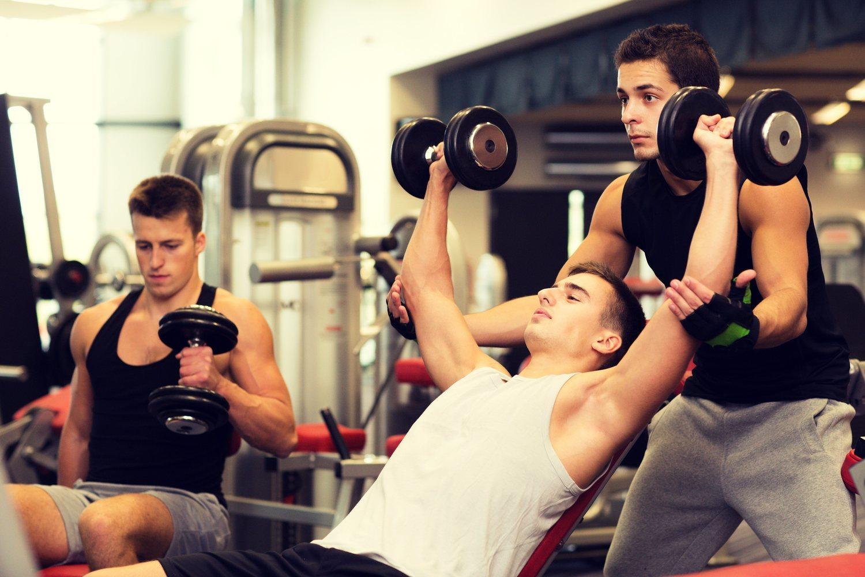 Un entrenador personal te ayudará a cuidar la postura correcta, lo que a la larga evita lesiones.