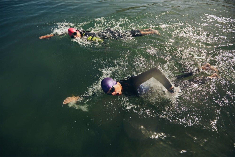 Para nadar en el aguas abiertas, más frías, es aconsejable el uso de neopreno