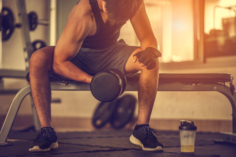 La musculación en el gimnasio es una actividad física mucho más individual que el CrossFit. En ella, cada practicante tiene una rutina de ejercicios adaptada, y los resultados tardan más en llegar que con el deporte creado por Glassman.