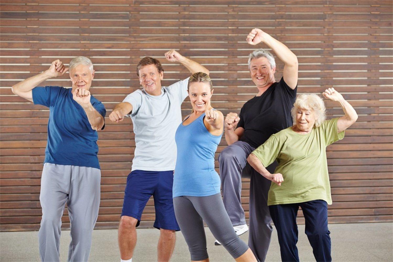 Variando la intensidad y velocidad, todos podemos hacer zumba, incluso los más mayores.