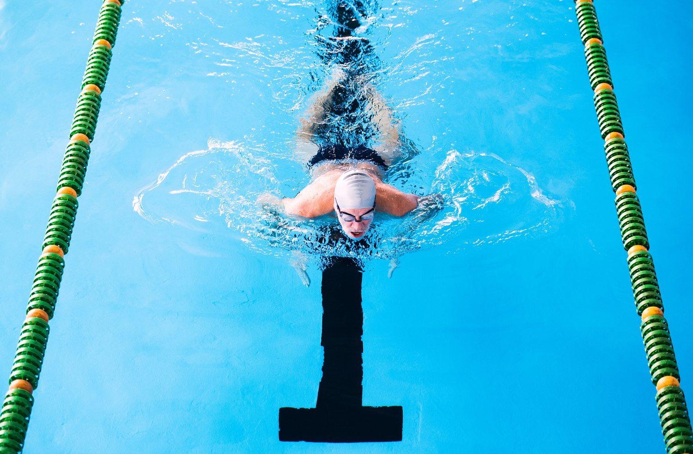 Nadar a braza es perfecto para ejercitar los pectorales. Además, este estilo no requiere tanto esfuerzo como los demás, por lo que es ideal para ir a un ritmo mucho más relajado.