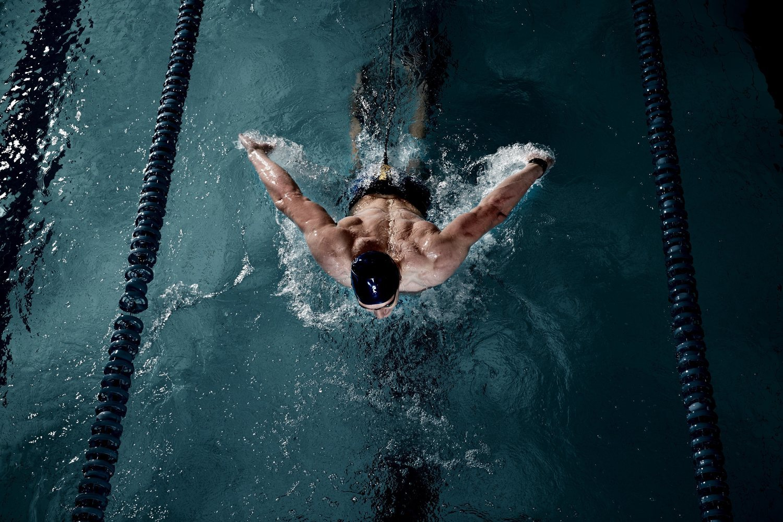 El nado a mariposa es el estilo con el que más calorías se queman, pues es el que requiere más gasto de energía.