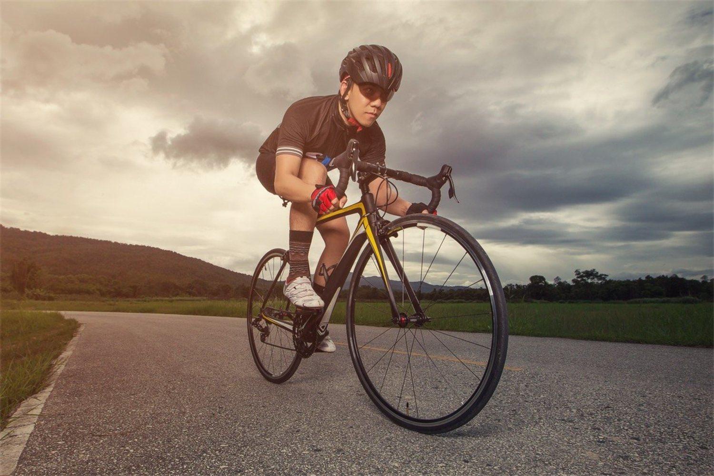 Protecciones como el casco y el buen estado de la bicicleta son esenciales