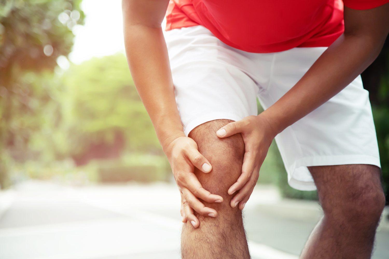 Una mala pisada o un mal giro puede ocasionar esguinces en las rodillas.