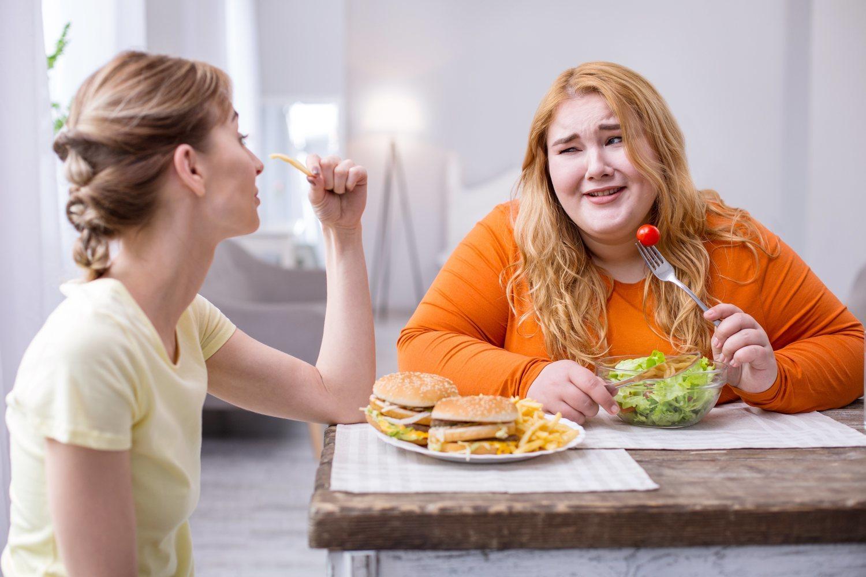 Nunca una foto de stock había ilustrado tan bien lo que supone hacier dieta y salir a comer con los amigos.