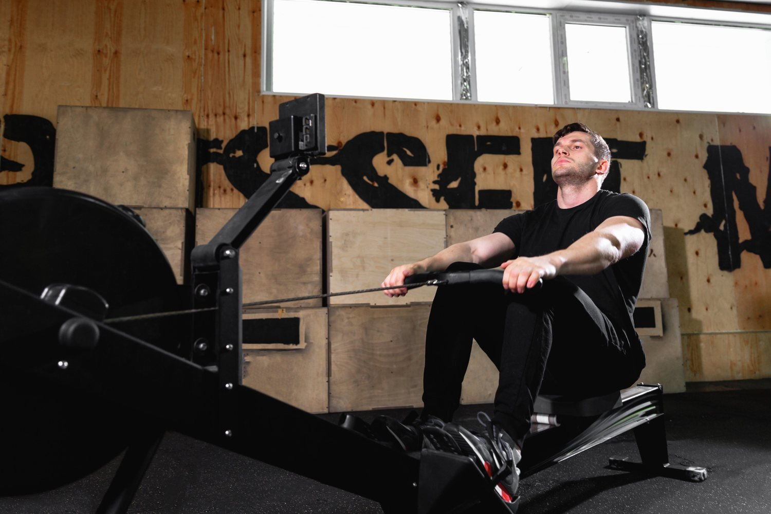 La máquina de remo es una de las más completas para entrenarse en el gimnasio.