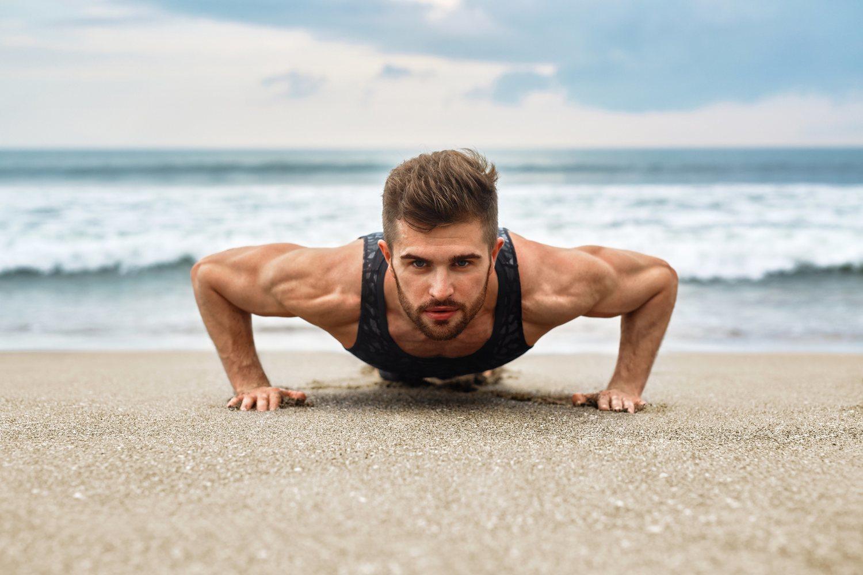 Las clásicas flexiones son el ejercicio más sencillo para ejercitar los bíceps.