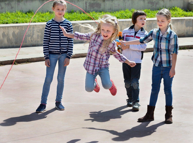 Saltar a la comba se relaciona con una actividad infantil, por lo que no se piensa en sus beneficios.
