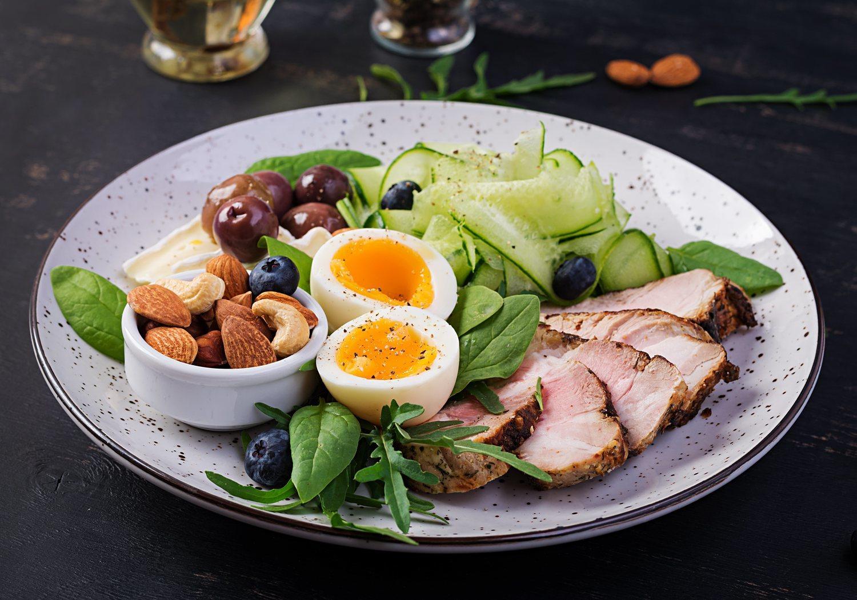 La dieta keto se basa en la ingesta de grasas y proteínas.