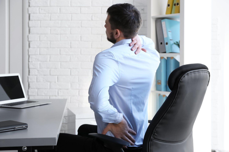 Sentarte correctamente en el trabajo te ayudará a no necesitar visitar al quiropráctico.