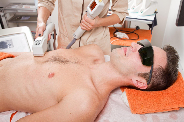 Técnicas como el láser han mejorado la comodidad de la depilación masculina.