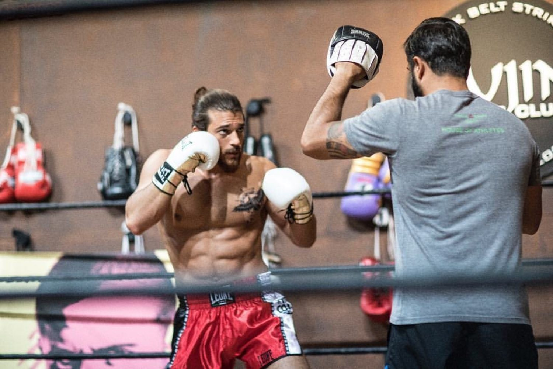 Los deportes de lucha son alguna de las actividades predilectas de Can Yaman para mantener su físico.