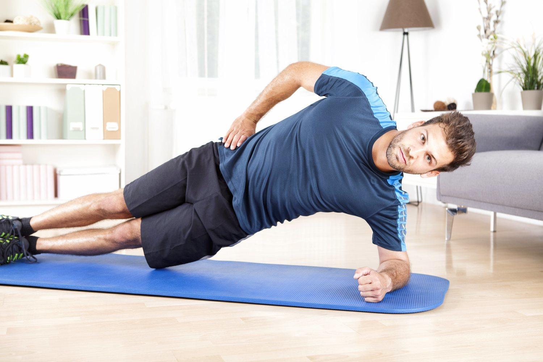 La plancha lateral se puede hacer con el brazo estirado o el codo totalmente apoyado, pero aparte de tonificar también pone a prueba nuestro equilibrio.