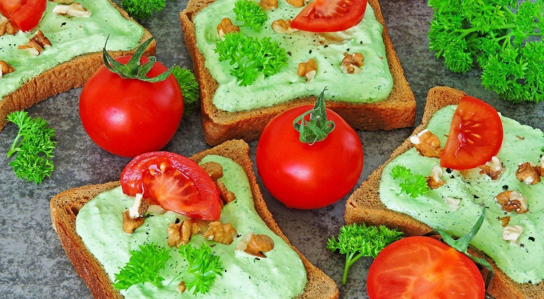 La opción salada se puede basar en una tostada y añadirle queso , con lo que obtendríamos el lácteo y los cereales.
