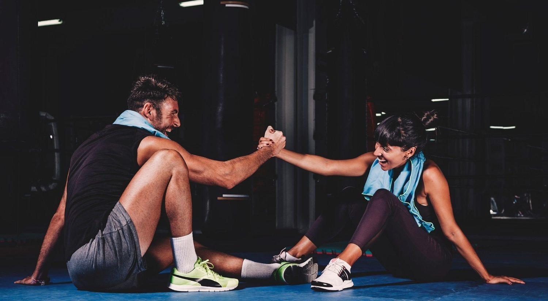 Tener un entrenador personal te ayudará a no faltar a tu cita en el gimnasio.