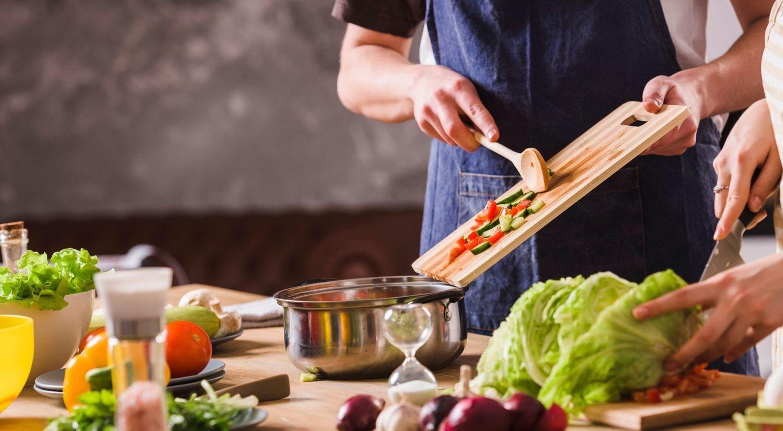 Una dieta sana y equilibrada ayudará a perder esos kilos de más.