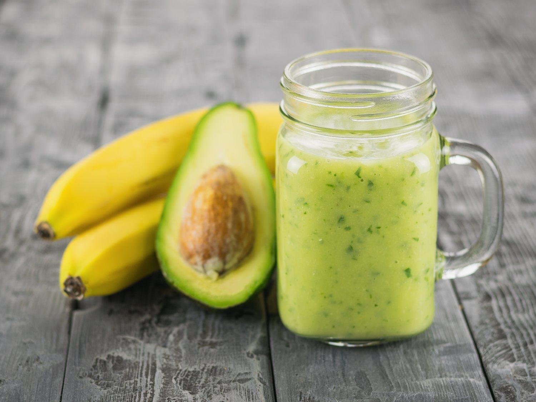 Un batido de plátano y aguacate te aportará una buena dosis de vitamina B6.