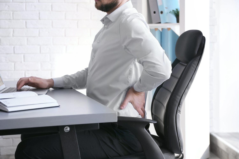 Las malas posturas es una de las causas más comunes del dolor de espalda.