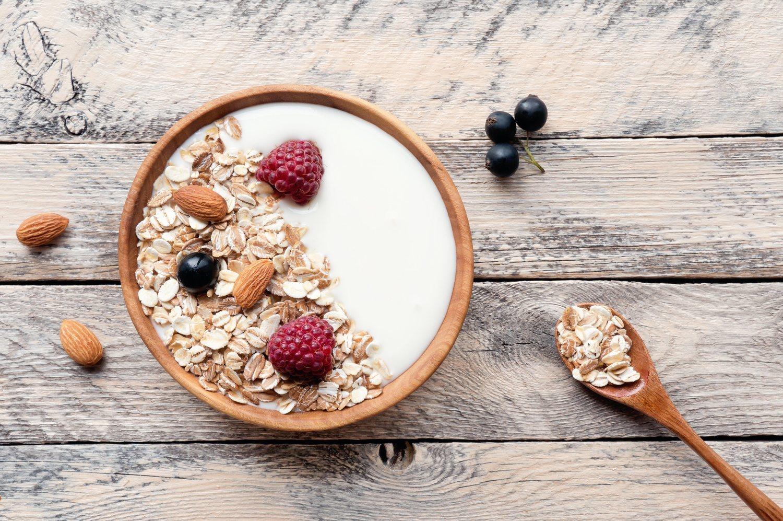 El yogur natural sin azúcar, acompañado de frutas, es un postre ideal para las cenas.