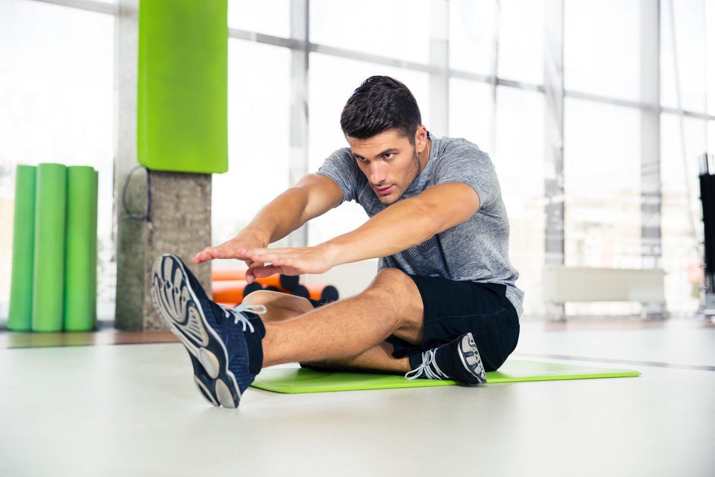 Estirar las piernes y los músculos es fundamental para relajarlos tras una sesión de ejercicio.