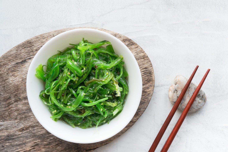 El alga wakame es fácil de encontrar y uno de los no lácteos más ricos en calcio.