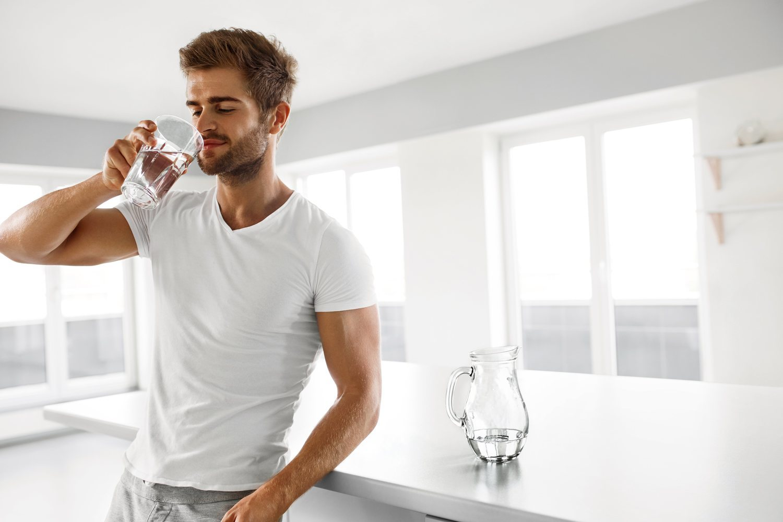 Beber dos litros de agua al día es la base de una dieta equilibrada.