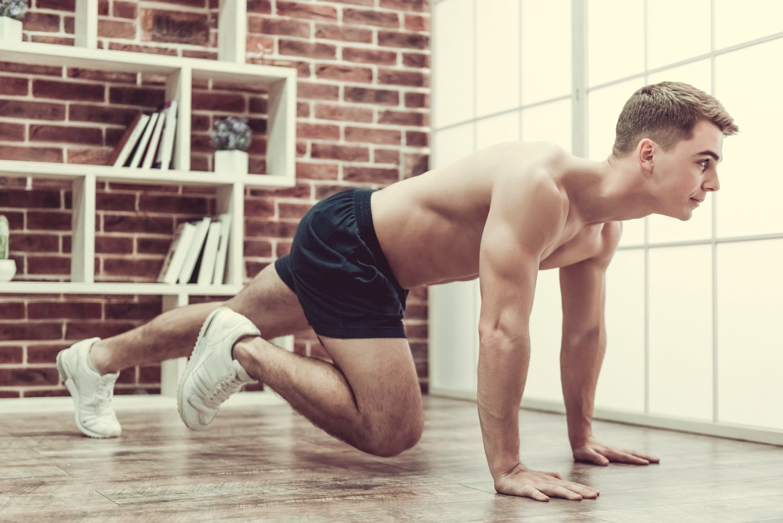 Mountain Climbers, una de las posturas más utilizadas para ejercitar los abdominales inferiores.
