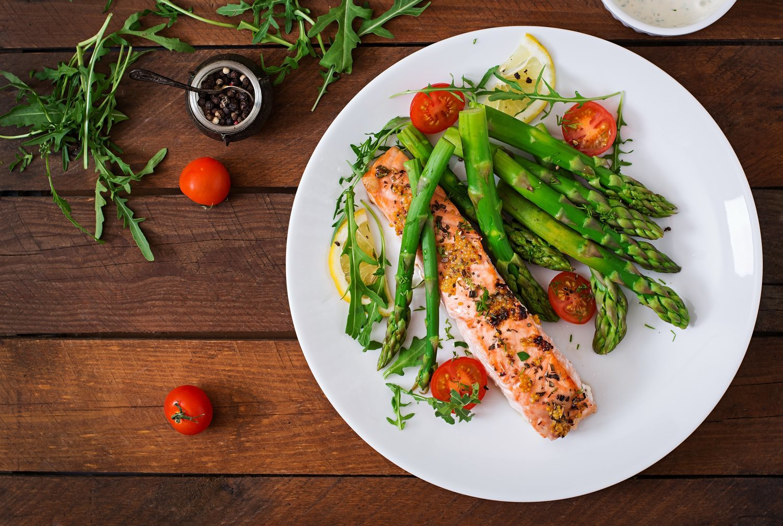 El salmón, un pescado ideal para cualquier cena de dieta por sus propiedades alimenticias.