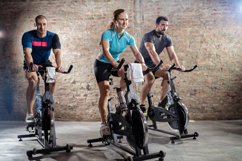 Además de completo, el spinning o ciclismo indoor es un ejercicio que puede resultar divertido ya que se realiza en grupo.
