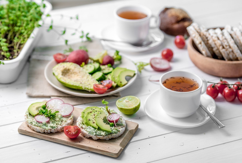 El aguacate y el té verde, tus mejores aliados si buscas reducir grasa abdominal.